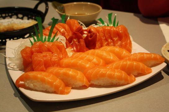 800px-Salmon_Sushi_and_Sashimi_Platter_-_W_Sushi